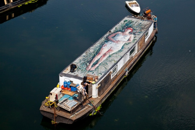 Before leaving the UK, Borondo had the opportunity to work his magic on a boat somewhere in East London.